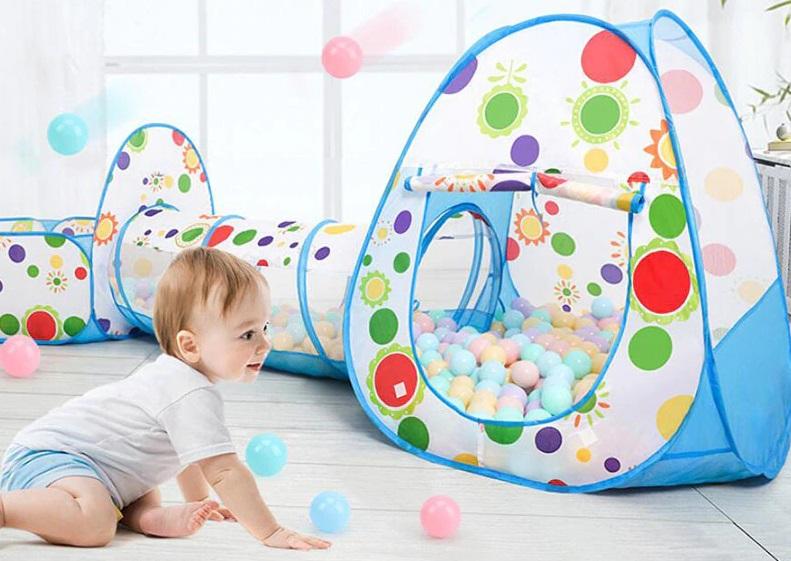 نوزاد و توپ بازی