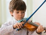 CF19W0 Serious boy playing violin