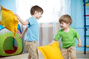 بازی با بالش برای تقویت هماهنگی چشم و دست